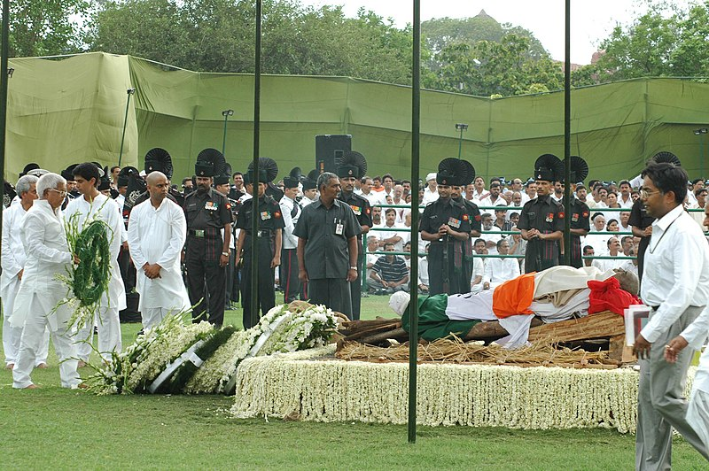 File:The Union Minister for Railways, Shri Lalu Prasad laying wreath at the mortal remains of the former Prime Minister, Shri Chandra Shekhar at the funeral pyre, in Delhi on July 09, 2007.jpg