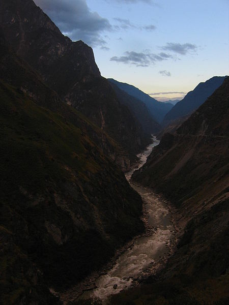 File:Tiger Leaping Gorge at dawn.jpg