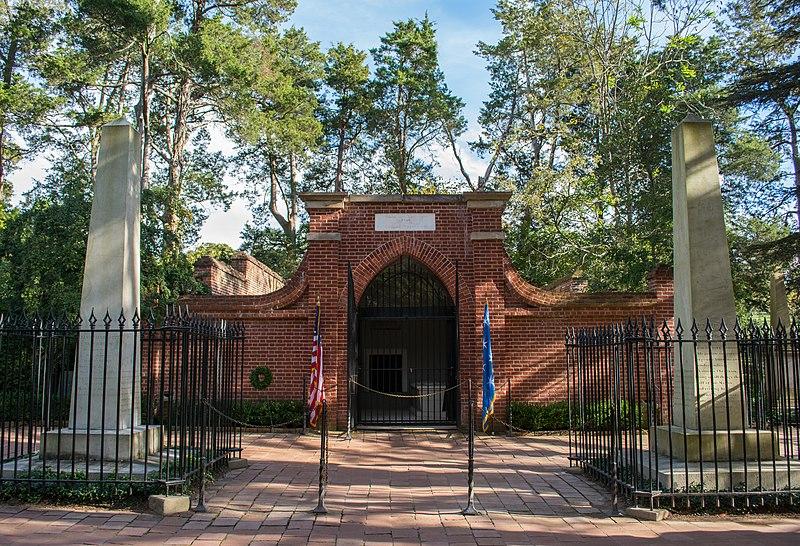 Tomb of George Washington - wide - Mount Vernon.jpg