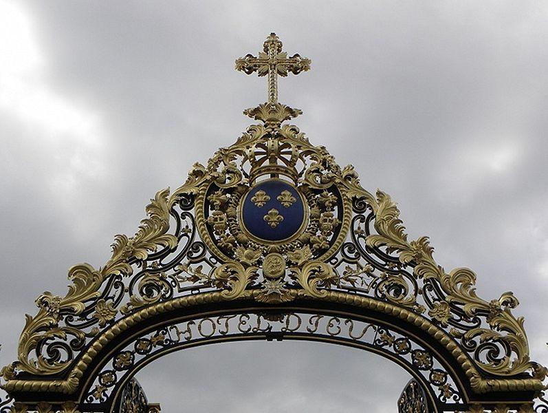 Détail de la grille d'entrée de l'Hôtel-Dieu de Troyes (10).