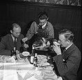Twee heren aan tafel krijgen smørrebrød uitgeserveerd, Bestanddeelnr 252-9033.jpg