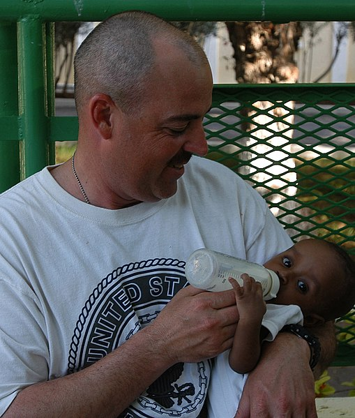 File:US Navy 070316-N-1003P-004 Master Chief Engineman Shannon Thornton feeds a baby boy a bottle of formula while visiting a baby orphanage in Djibouti.jpg