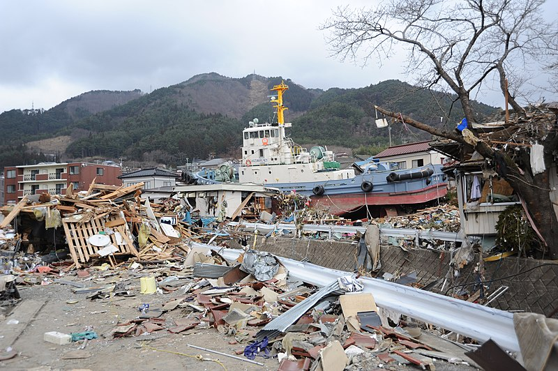 Datei:US Navy 110315-N-2653B-148 A tug boat is among debris in Ofunato, Japan, following a 9.0 magnitude earthquake and subsequent tsunami.jpg
