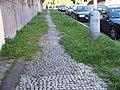 U Malvazinky zarostlý dlážděný chodník.jpg