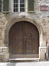 Eingangstür zum Geburtshaus mit Gedenktafel (Quelle: Wikimedia)