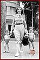 Une femme et ses deux enfants à la rue Catinat, Saïgon 1948.jpg