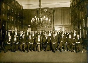 Johanna Westerdijk - Group portrait with Johanna Westerdijk in the center after her oration as new professor in 1917