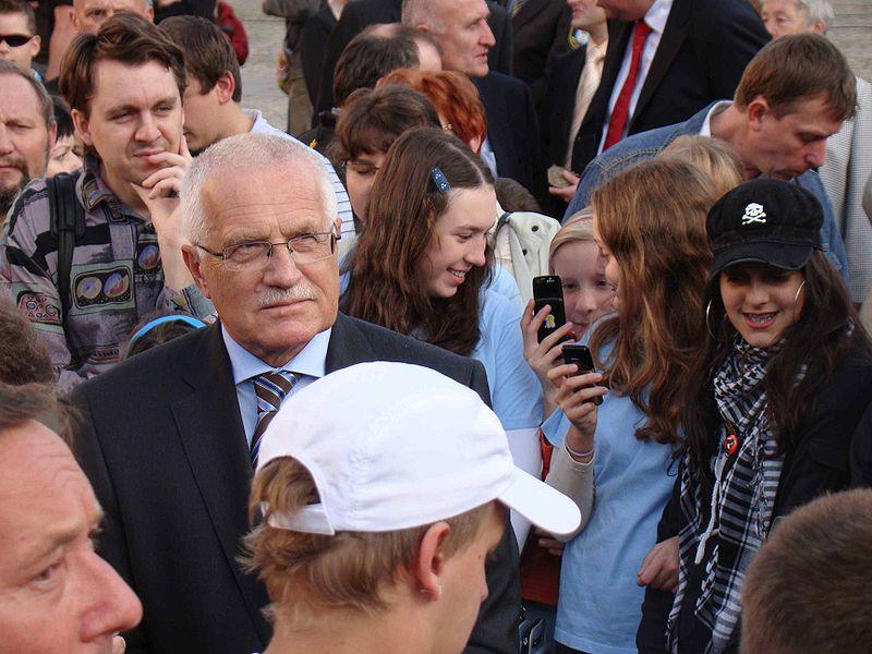 File:Vaclav Klaus Czeski Cieszyn (mieszkańcy) 2008 10 12.jpg