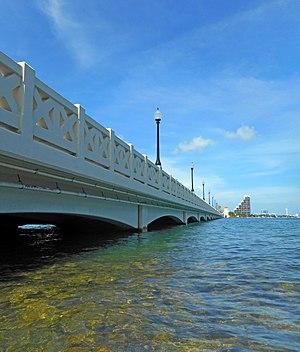 Venetian Causeway - Image: Venetian Causeway Miami Entrance 06