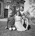 Vier kinderen voor de boerderij, Bestanddeelnr 252-1927.jpg