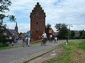 Ville de Megen 650 ans, cyclotouristes devant l'ancienne tour-prison.JPG