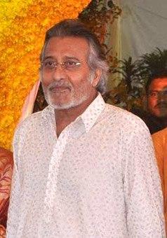 Vinod Khanna at Esha Deol's wedding at ISCKON temple 11 (cropped)