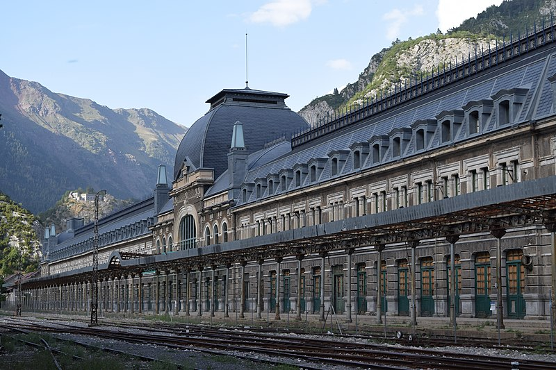 File:Vista general de la façana de l'Estació Internacional de Canfranc 01.JPG