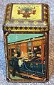 WJ Boon & Comp, Wormerveer, Hofleveransiers van HM de Koningin Weduwe, Cacao blikje met afbeelding van arreslee, molens en trein, foto3.JPG