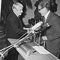 Willem de Kooning neemt de prijs in ontvangst uit handen van drs. Oxenaar, Bestanddeelnr 921-6939.jpg