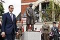 Wizyta w Szczecinie. Premier Mateusz Morawiecki przy pomniku prof. Lecha Kaczyńskiego.jpg