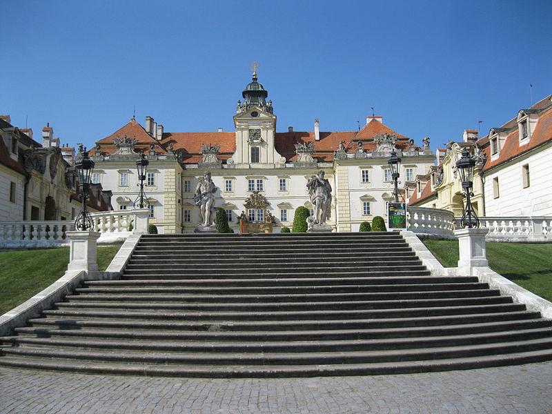 File:Zámek Valtice.JPG