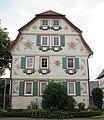 """""""Eisernes Tor"""" - Fachwerkwohnhaus von 1807 (mit geprägten Zinkblechen verblendet) einer Hofanlage (Giebelseite) - Meinhard-Grebendorf Kirchstraße 15 - panoramio.jpg"""