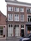 foto van Huis met eenvoudige lijstgevel met kroonlijst op klossen