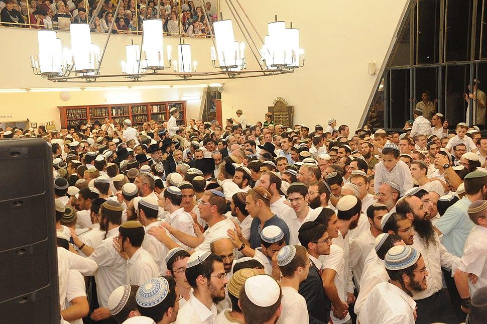 ריקודים בשמחת בית השואבה בישיבת מרכז הרב