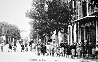 Mouriès - Mouriès in the year 1910. Le Cour (today Cour Paul Revoil)