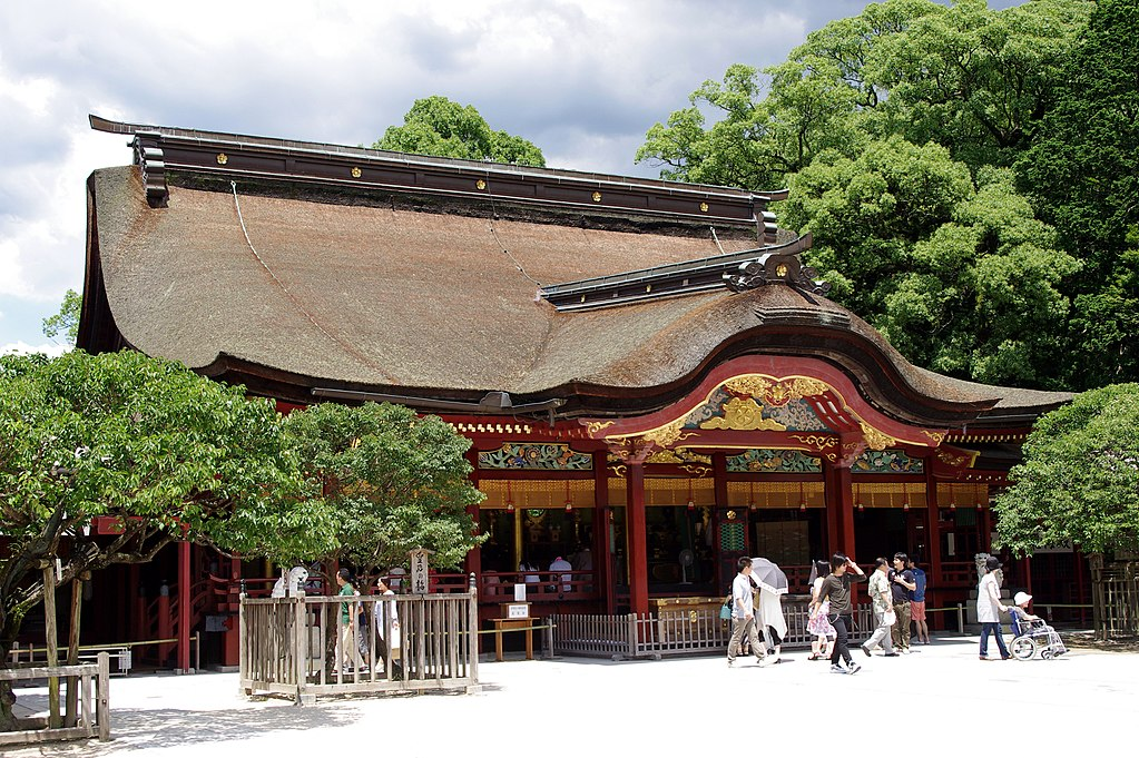 https://upload.wikimedia.org/wikipedia/commons/thumb/8/8b/20100719_Dazaifu_Tenmangu_Shrine_3328.jpg/1024px-20100719_Dazaifu_Tenmangu_Shrine_3328.jpg