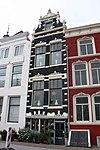 foto van Tweezijdig aangebouwd, zeer smal woonhuis bestaande uit een souterrain, een bel étage, een verdieping en een kaplaag