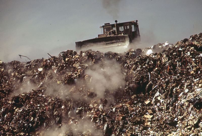 File:AT STATEN ISLAND LANDFILL. GARBAGE BROUGHT BY BARGE FROM MANHATTAN IS DUMPED AT OUTER EDGES OF LANDFILL AREA - NARA - 549797.jpg