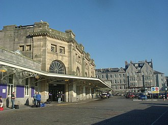 Aberdeen railway station - The entrance to the station, seen in 2006, before redevelopment as part of Union Square. The Station Hotel can be seen in the background.