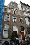 foto van Huis van welks gevel met versiering in de trant met grote boogblokken