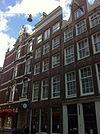 foto van Huis waarvan de gevel in de 19e eeuw door een rechte lijst is afgesloten
