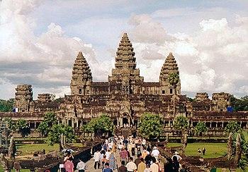 Angkor Wat nhìn từ cổng phía tây