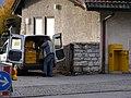 Arbeiter entleert Öffentlichen Briefkasten Rottach-Egern 2009.jpg