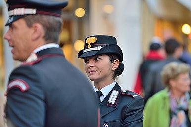 Maresciallo ordinario donna in uniforme ordinaria di servizio 517d3c7d3834
