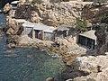 Balearen, Ibiza, Wanderung NW Cala Comte - Bootsschuppen zum Teil als Wochenendquartier - panoramio.jpg