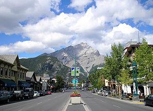 Banff Avenue mit Cascade Mountain im Hintergrund