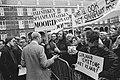 Bewoners van Haarlemse Molenwijk demonstreren op Binnenhof tegen spaanplaat in h, Bestanddeelnr 930-0190.jpg
