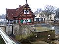 Blick auf das sogenannte Schleusenwärterhaus von der Allerbrücke über das Walzenwehr in Celle, Torplatz 3.jpg