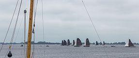 Blik op de skûtsjes tijdens het skûtsjesilen op het Sneekermeer.jpg