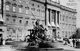 Schloßplatz (Berlin) - Schloßplatz with the Berlin City Palace ca. 1905. The Neptunbrunnen is in the foreground.