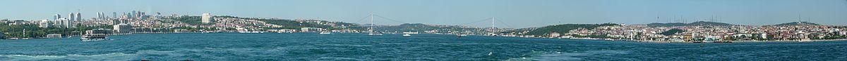 Vido sur la ponto de la Bosporo kaj la financaj kvartaloj de Istanbulo, Levent (meze) kaj Maslak (tute dekstre), fotita de la monteto Çamlıca ĉe la azia flanko.