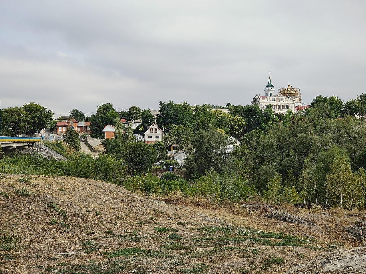 Вид через реку Рось на старый город со стороны ландшафтного парка Богуславль