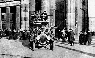 Revolutionary Stewards - November Revolution of 1918: Revolutionary soldiers of the Red Flag on 9 November 1918 at the Brandenburg Gate in Berlin.