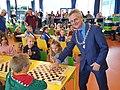 Burgemeester rob metz doet de eerste zet bij het damtoernooi voor scholieren in 2018-1598307570.jpg