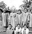 COLLECTIE TROPENMUSEUM Een groep meisjes in adatkleding te Muaralakitan Palembang Zuid-Sumatra TMnr 10002800.jpg