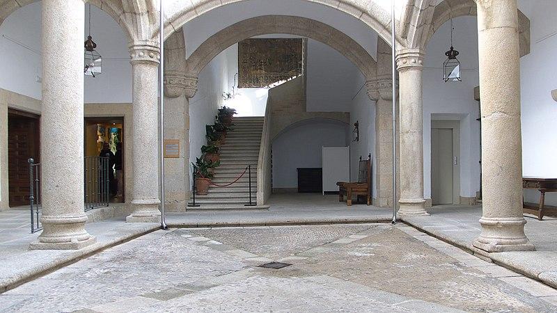 File:Casa de Carvajal (Cáceres). Patio.jpg