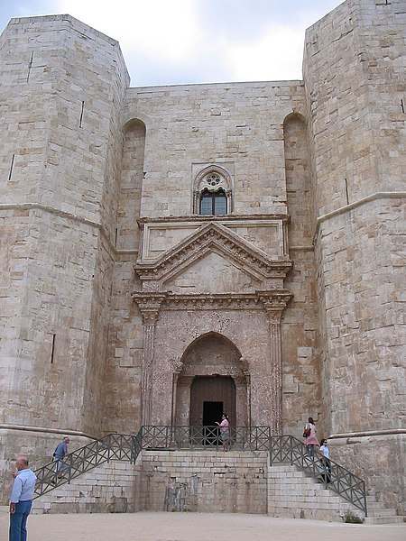 File:Castel del monte-entrance.jpg
