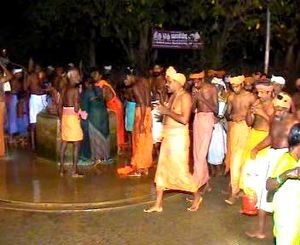 Muthiri kinaru - Devotees circumambulating Muthirikkinaru at the first day of Kodiyettru Thirunal.