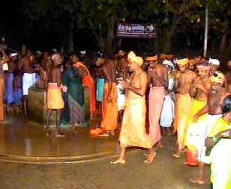 Muthiri kinaru - Devotees circumambulating Muthirikkinaru at the first day of Kodiyettru Thirunal.
