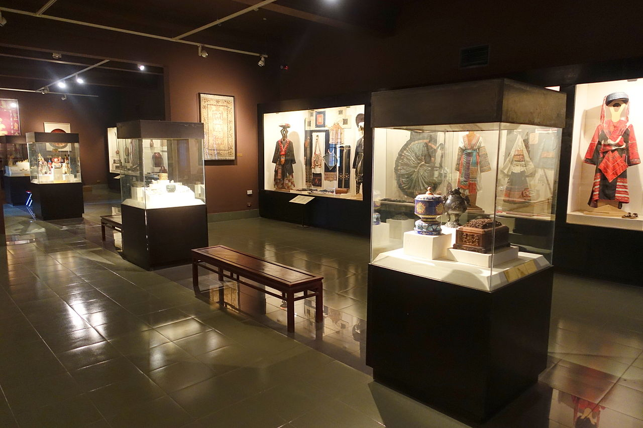 File:Clothing displays - Vietnam National Museum of Fine ...